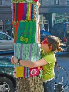 Le pendant montr&eacute;alais de Bali, l&rsquo;artiste textile Tricot Pirate, lors des Journ&eacute;es de la culture en septembre dernier.<br />