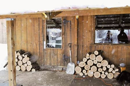 L&rsquo;entr&eacute;e de la cuisine &agrave; la cabane &agrave; sucre Au Pied de cochon, &agrave; Saint-Beno&icirc;t-de-Mirabel.<br />