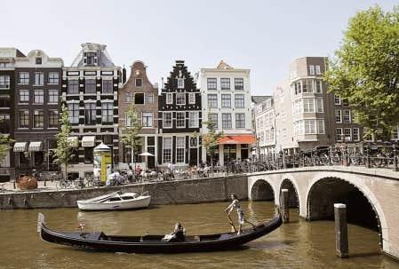 Une gondole sur le canal d&rsquo;Amsterdam, aux Pays-Bas.<br />