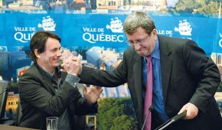 Le pr&eacute;sident de Quebecor, Pierre Karl P&eacute;ladeau, et le maire de Qu&eacute;bec, R&eacute;gis Labeaume, ont tenu un point de presse impromptu, hier, &agrave; Qu&eacute;bec.<br />