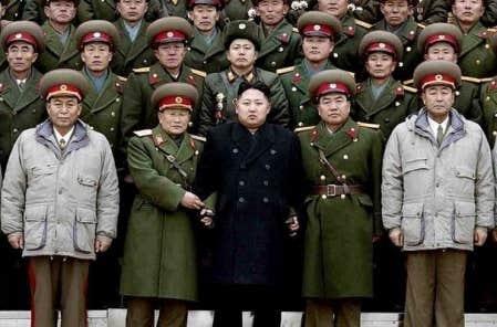 Photo de groupe: Kim Jong-un, nouveau leader nord-cor&eacute;en et ses amis<br />
