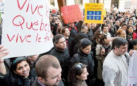 Avril 2010. Des immigrants manifestent pour r&eacute;clamer le maintien de cours de francisation r&eacute;cemment abolis par le gouvernement Charest.<br />