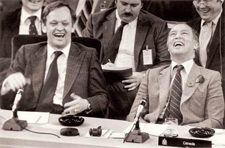 Le premier ministre Pierre Elliott Trudeau (&agrave; droite) et son ministre de la Justice d&rsquo;alors, Jean Chr&eacute;tien, pendant la rencontre du 5 novembre 1981.<br />