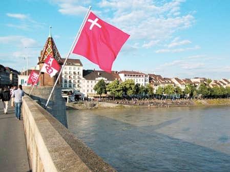 Promenade au bord du Rhin dans la ville historique de B&acirc;le.<br />