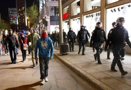 Des policiers et des manifestants, côte à côte, rue Peel, à Montréal, lors d'une autre manifestation d'étudiants organisée hier soir.