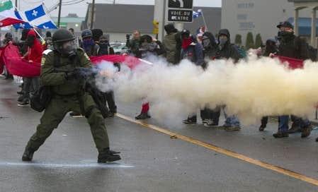 La manifestation a été déclarée illégale par la Sûreté du Québec (SQ) vers 18h30 et les escouades antiémeutes présentes en grand nombre ont usé de grenades assourdissantes et de gaz irritants pour repousser la foule de manifestants, qui bordait le centre des congrès de Victoriaville accueillant les libéraux.