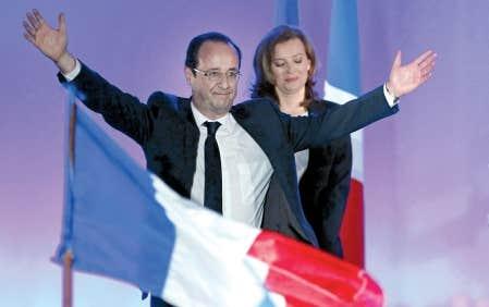 François Hollande célébrant sa victoire à l'élection présidentielle française, hier, aux côtés de sa compagne, Valérie Trierweiler, à Tulle dans son fief électoral en Corrèze. « Les Français viennent de choisir le changement », a lancé le président élu à ses partisans.