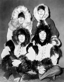 Photo prise le 26 décembre 1964 des Beatles posant avec leur costume de tournée de Noël à l'Odéon de Londres.