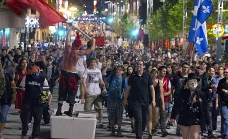 Des milliers de personnes ont manifesté dans la nuit de samedi à dimanche à Montréal.