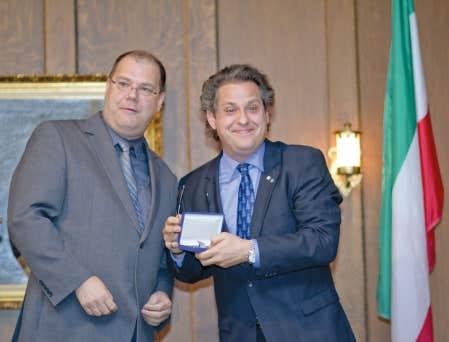 Le président général de la Société Saint-Jean-Baptiste de Montréal, Mario Beaulieu (à gauche), a remis au pianiste Alain Lefèvre la médaille Bene merenti de patria lors d'une cérémonie qui se tenait hier soir à la maison Ludger-Duvernay, à Montréal.