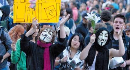 <div> Des milliers de manifestants sont descendus dans les rues de Montr&eacute;al hier soir pour appuyer les &eacute;tudiants.</div>