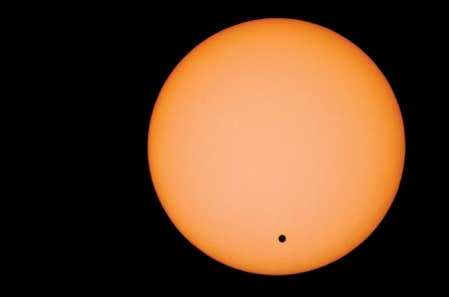 Cette photo montre le passage de Vénus devant le Soleil le 8 juin 2004.