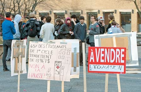 Des étudiants de l'Université de Montréal manifestent contre la hausse des droits de scolarité.