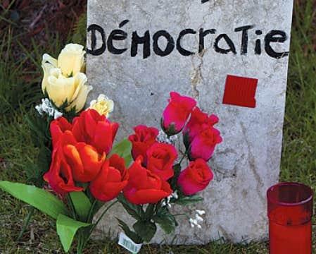 Le carré rouge n'appartient pas à un parti, mais bien au mouvement étudiant.