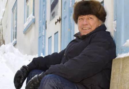 L'historien Jean Provencher photographié dans une rue enneigée du Vieux-Québec.