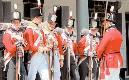 Des acteurs jouant le rôle de soldats de l'époque se préparent à participer à un événement commémoratif de la guerre de 1812 organisé hier à la Citadelle d'Halifax.