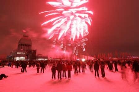 La patinoire réfrigérée du Vieux-Port, ouverte depuis le début de décembre, est cerclée de lumières qui mettent de l'ambiance. Demain, à 20h, aura lieu le dernier des quatre Feux sur glace Telus. Photo: Patrice Lamoureux