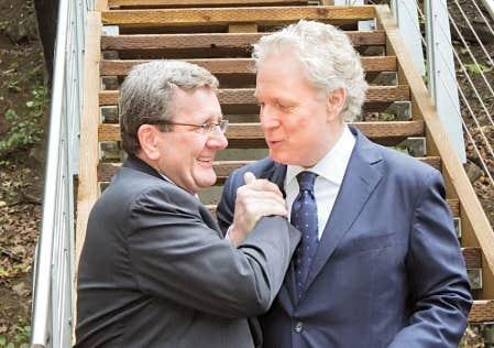 Jean Charest a participé, hier à Québec, en compagnie notamment du maire Régis Labeaume, à l'inauguration de la portion ouest de la promenade Samuel-De Champlain. Autre signe de l'approche d'élections, les libéraux ont multiplié les annonces officielles hier.