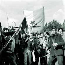 Des Algériens musulmans brandissent le drapeau du Front de libération nationale d'Algérie lors d'une manifestation le 11 décembre 1960, pendant une guerre qui a eu des échos jusqu'ici. Qui se souvient que Raymond Lévesque a écrit Quand les hommes vivront d'amour pour dénoncer la souffrance des Algériens ?