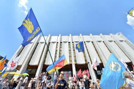 <div> Des Ukrainiens ont manifest&eacute; devant le parlement, &agrave; Kiev, pour d&eacute;noncer la nouvelle loi qui fait du russe une langue officielle.</div>