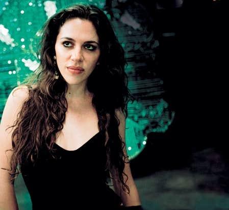 La Brésilienne Luísa Maita chante sensuellement sur des sambas et des bossas dénudées, déconstruites et ralenties.
