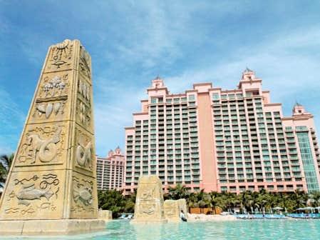 Pas moins de 13 piscines et plans d'eau ponctuent Atlantis, comme ici, devant la tour baptisée The Cove.