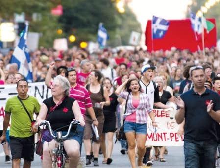 Plusieurs milliers de personnes ont ressorti hier casseroles et carrés rouges à Montréal, soulignant bruyamment le début de la campagne électorale.