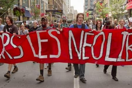 Quelques centaines de manifestants associés à la CLASSE se sont rendus ce midi devant l'édifice d'Hydro-Québec, sur le boulevard René-Lévesque à Montréal. Ils arrivaient du Square-Phillips, ayant parcouru une bonne partie du trajet au pas de course.