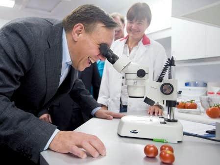 <div> Fran&ccedil;ois Legault a visit&eacute; jeudi une entreprise agricole qui cultive des tomates biologiques &agrave; Sainte-Sophie.</div>