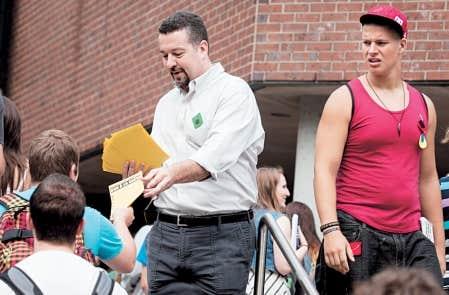 Un « carré vert » et un « carré rouge » se tenaient vendredi à l'entrée du cégep du Vieux-Montréal.