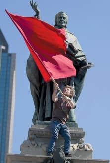 Des milliers de manifestants ont marché dans les rues de Montréal, mercredi.