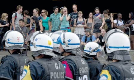 <div> Des &eacute;tudiants, certains insultant les policiers, ont bloqu&eacute; l&rsquo;acc&egrave;s &agrave; des pavillons de l&rsquo;Universit&eacute; de Montr&eacute;al. Vingt manifestants ont &eacute;t&eacute; arr&ecirc;t&eacute;s.</div>