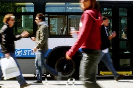 Le transport en commun, qui fait en sorte que l'on marche plus que si on utilisait son auto, est bénéfique pour la santé.