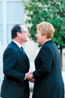Le président français, François Hollande, accueillant la première ministre du Québec, Pauline Marois, dans la cour de l'Élysée, lundi, avant leur entretien sur l'avenir de la coopération entre la France et le Québec.