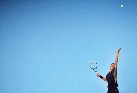 Novak Djokovic renvoyant la balle à Juan Martin Del Potro, en demi-finale du Masters dimanche à Londres.