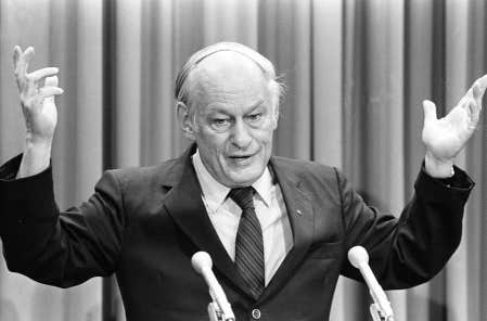 René Lévesque commente la dernière session parlementaire lors d'une conférence de presse tenue le 21 juin 1984 à l'Assemblée nationale.