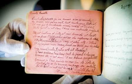 <div> Un des d&eacute;licats carnets o&ugrave; &Eacute;mile Nelligan consigna ses &eacute;crits durant son long internement &agrave; l&rsquo;asile Saint-Jean-de-Dieu. Le carnet s&rsquo;ouvre sur D&eacute;raison, po&egrave;me qui fut omis du premier recueil de ses &oelig;uvres publi&eacute; par son premier biographe, Louis Dantin.</div>