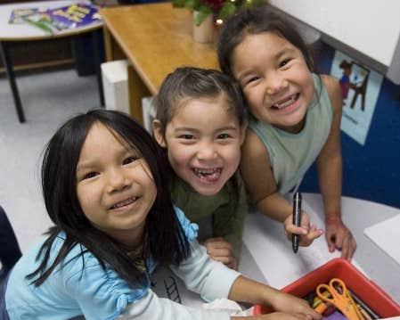 Trois fillettes d'une communauté innue. L'indice d'obésité a légèrement diminué chez les jeunes autochtones, le résultat d'efforts en matière de prévention.