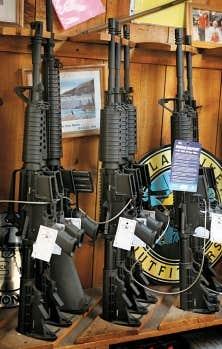 Quelques-unes des armes offertes aux clients d'un magasin de l'Illinois mardi