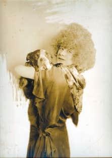 <div> Au plus fort de sa carri&egrave;re, vers 1916, Eva Tanguay parvenait &agrave; n&eacute;gocier des cachets aussi mirobolants que ceux de Robert Houdini, ma&icirc;tre</div> <div> de l&rsquo;illusionnisme, soit de 3500 $ par semaine</div>