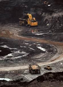 Une étude estime que l'industrie des sables bitumineux enferme le Canada dans un modèle de développement dépendant du carbone qui nuit à l'innovation, en plus d'échapper au contrôle de l'État.