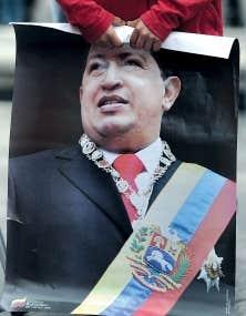 Un enfant tient une affiche d'Hugo Chávez. Le président vénézuélien n'a pas reparu en public depuis environ trois mois.