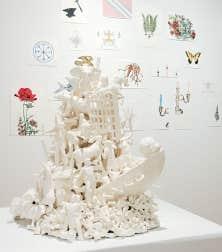 Deux œuvres de Pierre Durette: Contingent 2.7, 2013, porcelaine, 15 x 10 x12 po et, en arrière-plan, Quartz 2, 2013, crayons de couleurs sur papier, dimensions variables.