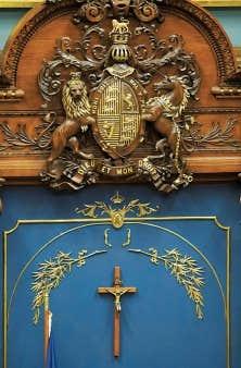 La future Charte ne remettrait pas en question la place du crucifix à l'Assemblée nationale. Une incohérence de plus, dit l'auteur.
