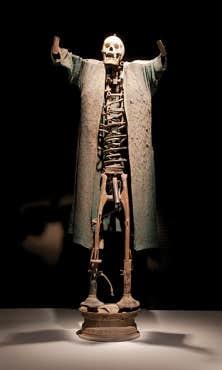 Ce squelette de l'artiste Jean Hérard Celeur (début du XXIe siècle. métal, techniques mixtes) représente un Guédé, esprit vaudou associé à la mort, à la sexualité et à la régénération.