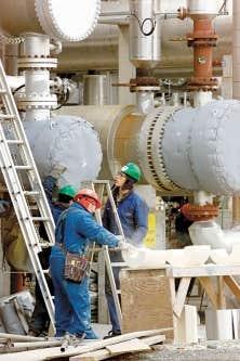 Travailleurs à l'œuvre à la raffinerie de pétrole de Saint-Romuald.