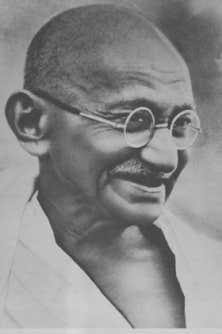 La plupart des Hindous regardaient Gandhi comme un saint, et ajoutaient secrètement son image à la longue famille de leurs idoles traditionnelles.