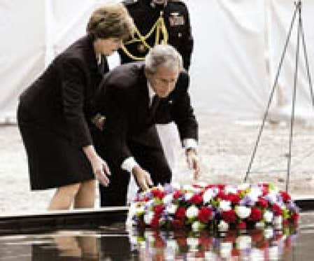 George W. Bush et son épouse Laura ont déposé une couronne de fleurs hier à «Ground Zero».