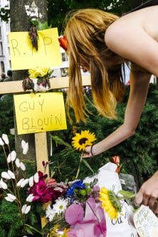 Des citoyens ont déposé jeudi des fleurs non loin des lieux l'accident.