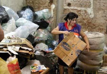 Sur cette photo prise en mars 2003, pendant la grave crise qui a affecté l'Argentine, une femme fait le tri de matériaux qu'elle a récupérés dans un dépotoir de Buenos Aires. Cette crise  a précipité près de 10 millions d'Argentins dans un